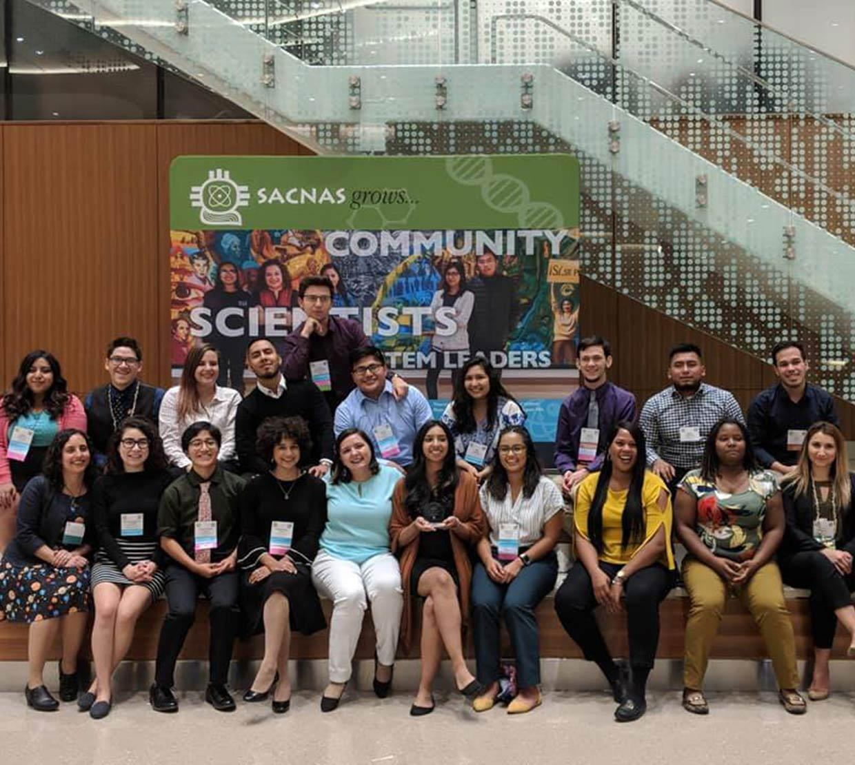 2018 SACNAS attendees taking a group picture in hallway