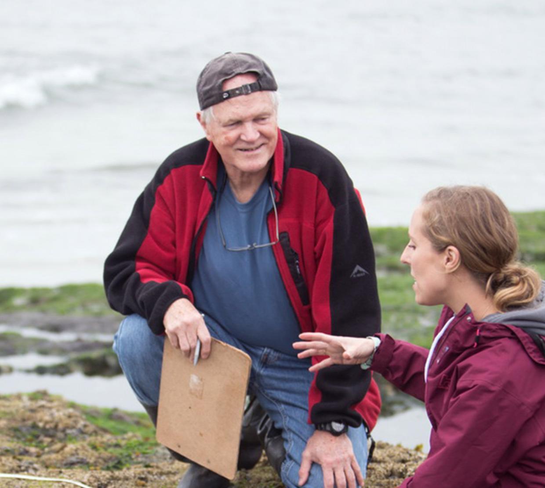 Bruce Menge talking with student Elizabeth Cerny-Chipman at an Oregon tidepool