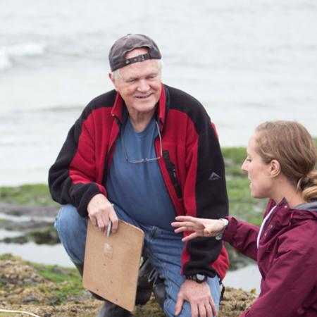 Bruce Menge talking with student Elizabeth Cerny-Chipman at an Oregon tidepool