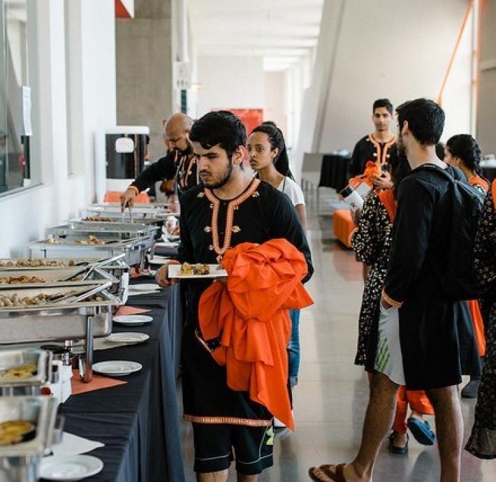 students grabbing food