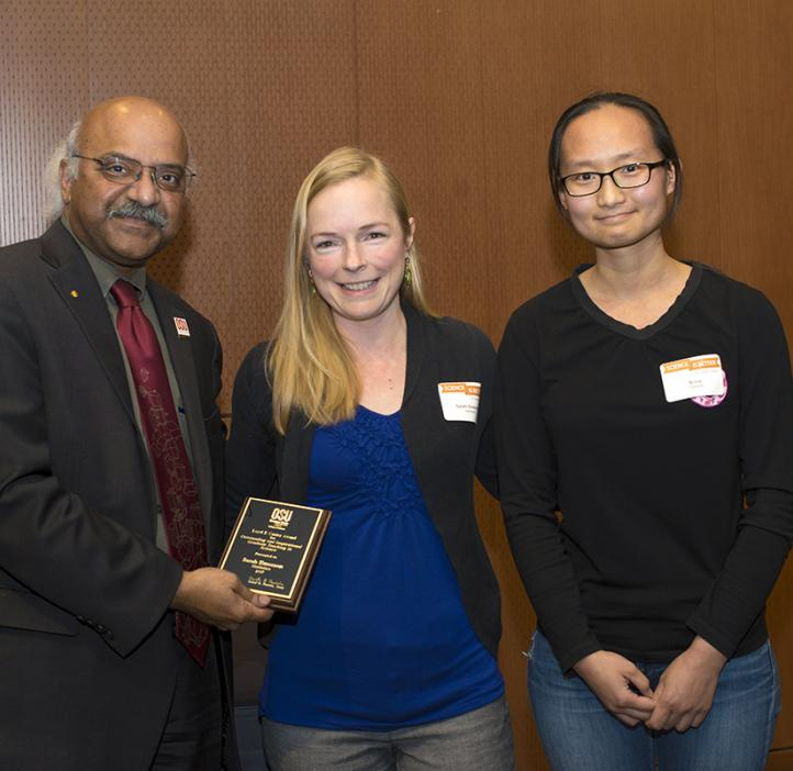 Sarah Emerson, winner of the 2017 Loyd F. Carter Award for Outstanding and Inspiration Teaching in Science (Graduate) with student presenter Si Liu
